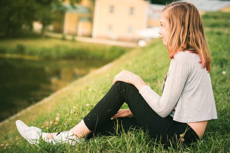 Девушка hippie цветка подростка наслаждаясь фестивалем лета 10 лет o стоковые изображения