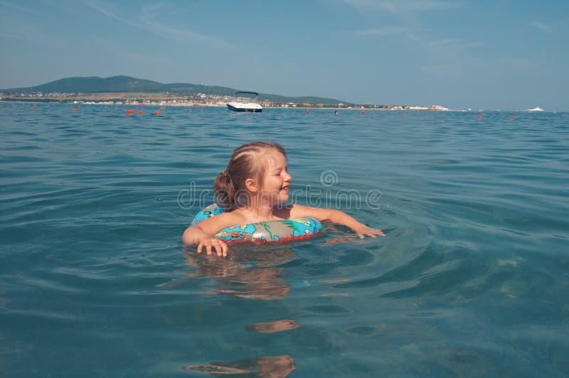 Девушка Ittle на пляже стоковые изображения