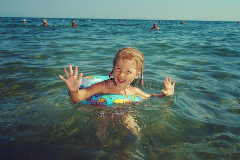 Девушка Ittle на пляже стоковое фото