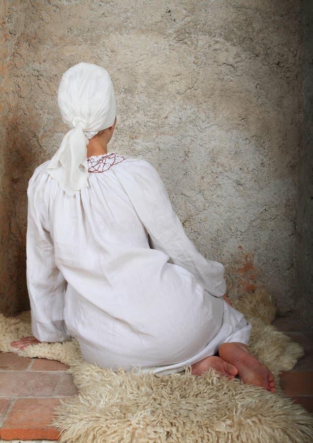 Девушка Kneeing стоковые изображения rf