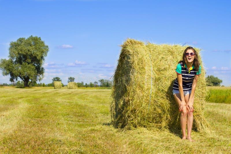 Девушка Minx на солнечном поле стоковое фото
