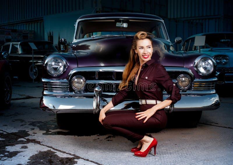 Девушка pin-вверх в ретро автомобиле стоковое изображение
