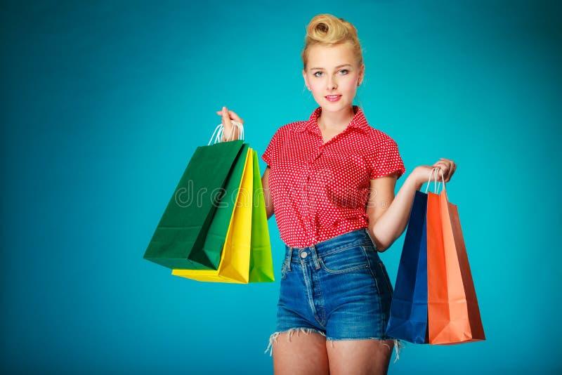 Девушка Pinup с хозяйственными сумками покупая одежды сбывание стоковые фотографии rf