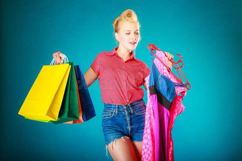 Download Девушка Pinup с хозяйственными сумками покупая платье сбывание Стоковое Фото - изображение насчитывающей магазин, розница: 40587476