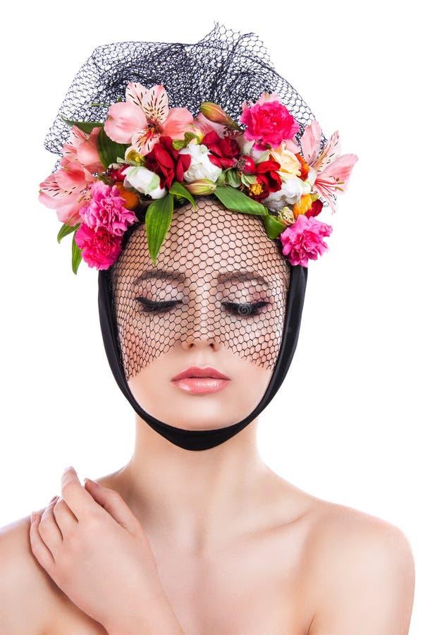 Девушка Portrai с цветками в ее волосах стоковая фотография