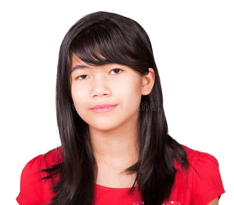 Девушка Preteen biracial в красной рубашке на белой предпосылке стоковая фотография