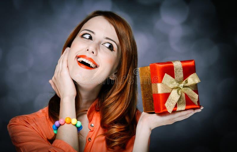 Девушка Redhead взрослая в рубашке и подарочной коробке коралла стоковые фото