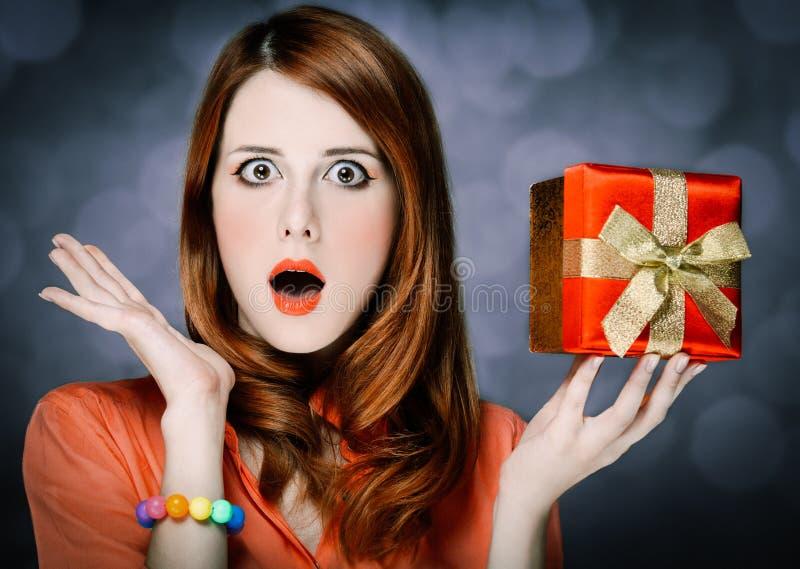 Девушка Redhead взрослая в рубашке и подарочной коробке коралла стоковые изображения