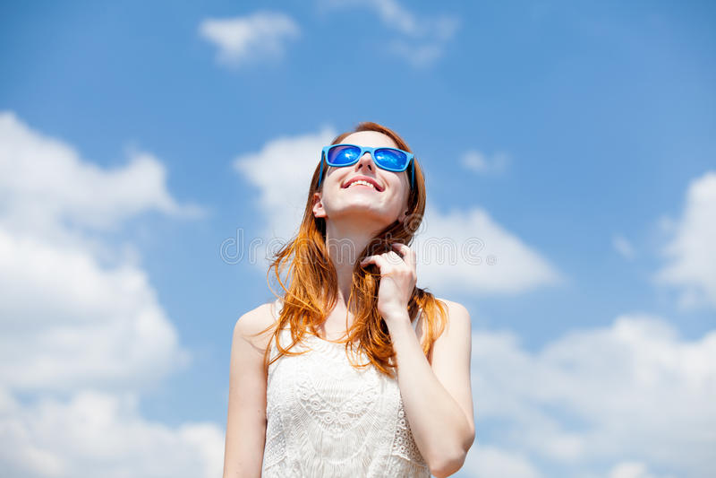 Девушка Redhead в голубых солнечных очках стоковое изображение rf