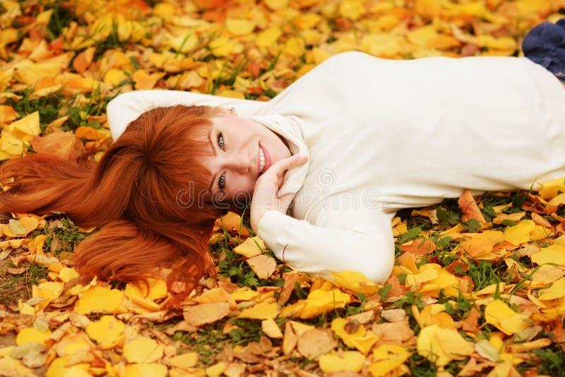 Девушка Redhead в падении стоковые изображения rf