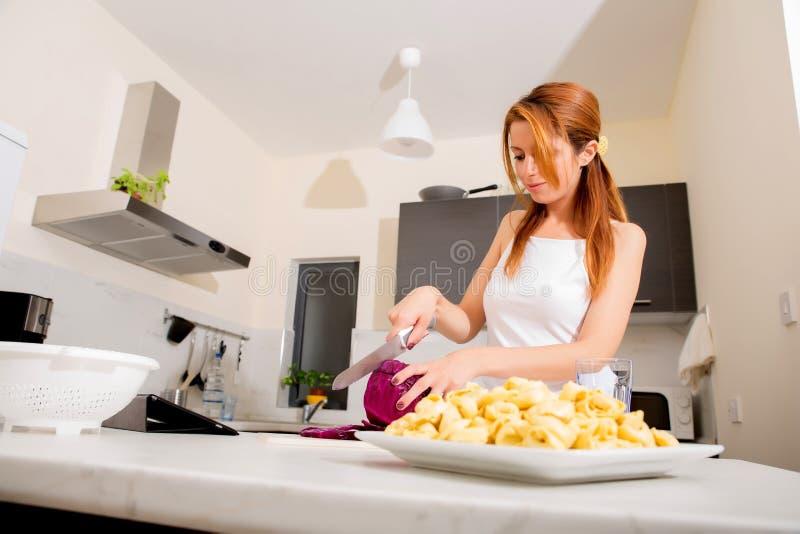 Download Девушка Redhead отрезая в кухне Стоковое Фото - изображение насчитывающей салат, персона: 40584798