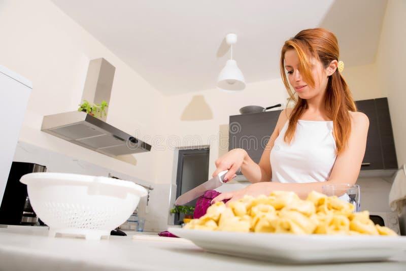 Download Девушка Redhead отрезая в кухне Стоковое Фото - изображение насчитывающей салат, стоять: 40584802