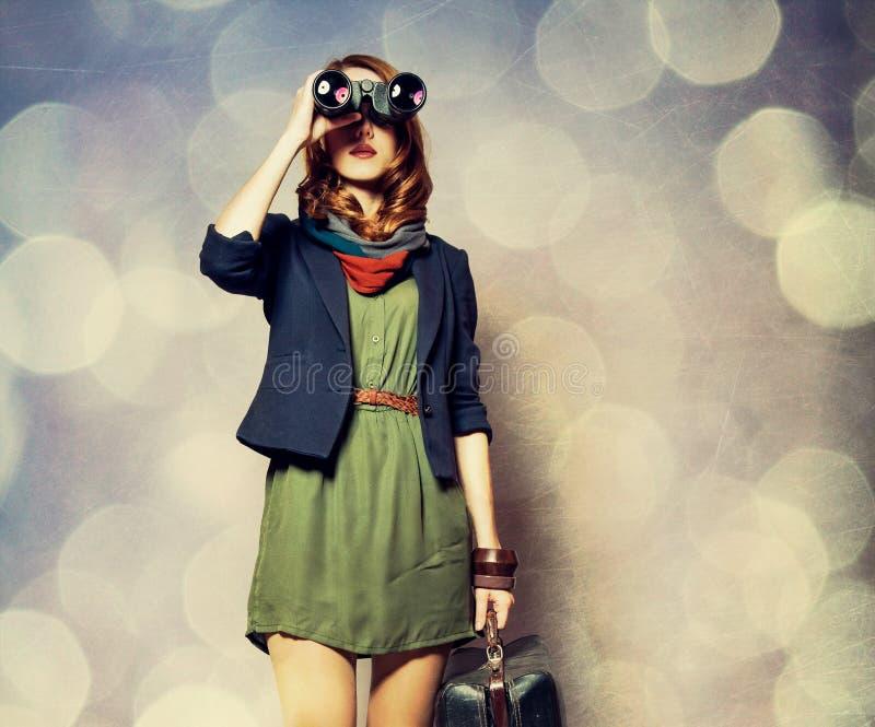 Девушка redhead стиля с бинокулярным и чемоданом стоковые фотографии rf