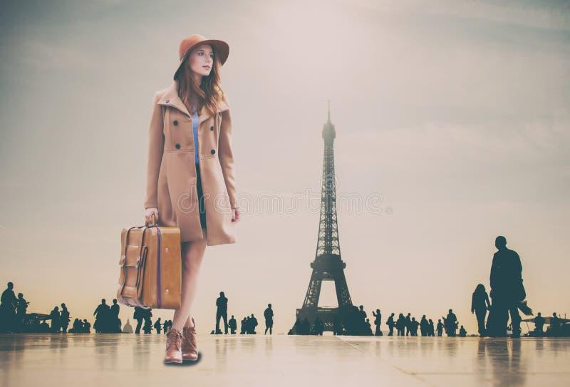 Девушка Redhead с чемоданом и Эйфелевой башней стоковые фотографии rf