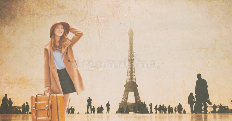 Девушка Redhead с чемоданом и Эйфелевой башней стоковое изображение