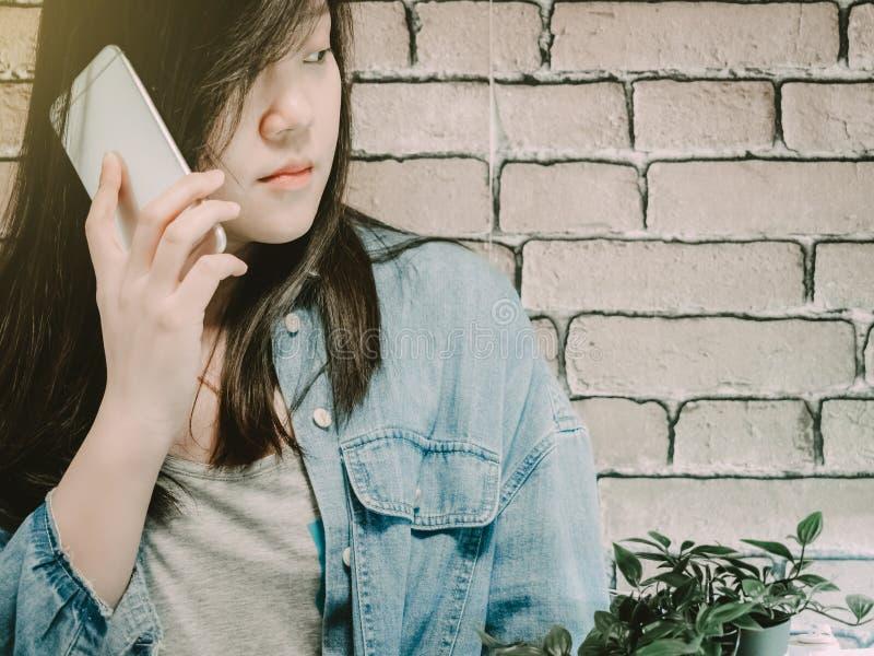 Девушка 25s битника черных волос азиатская к 35s с демикотоном синего пиджака стоковые изображения