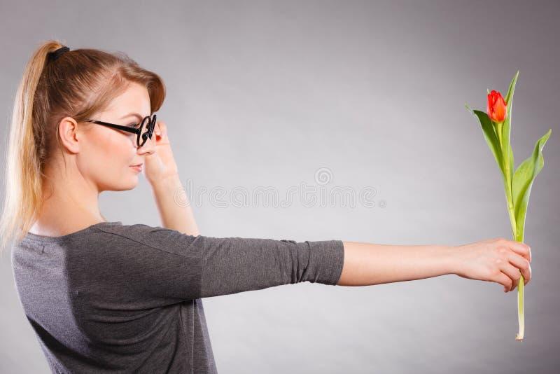 Девушка Seducive тормозная держа тюльпан стоковые фото