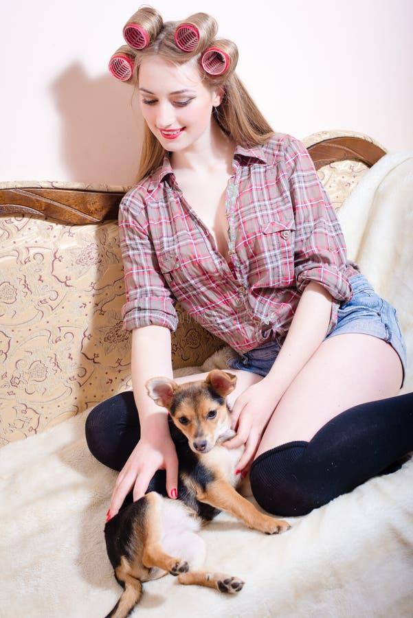 Девушка Sexi молодая красивая штрихуя собаку стоковая фотография rf