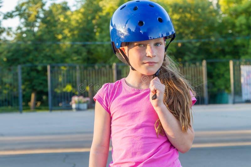 Девушка skateboarding на естественной предпосылке стоковое изображение rf