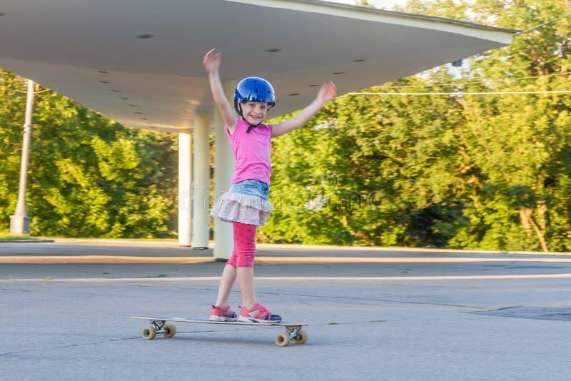 Девушка skateboarding на естественной предпосылке стоковые фотографии rf