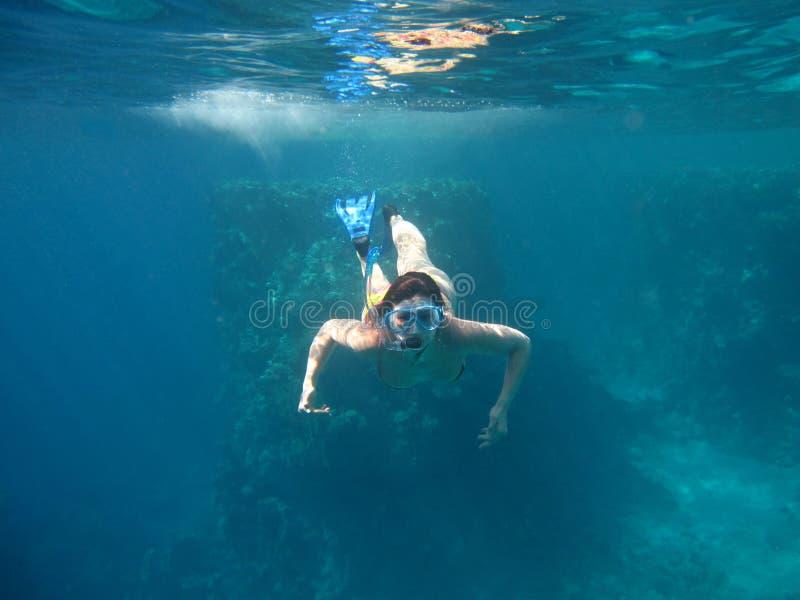 девушка snorkeling стоковые фотографии rf