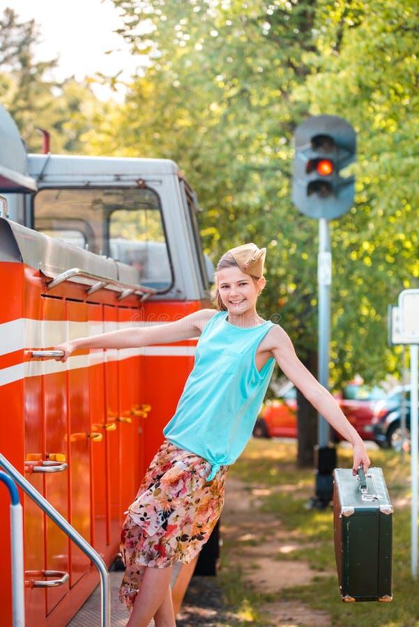Девушка Steampunk в шляпе на старом локомотиве пара красный цвет красотки с волосами Винтажный портрет прошлого столетия, ретро о стоковая фотография