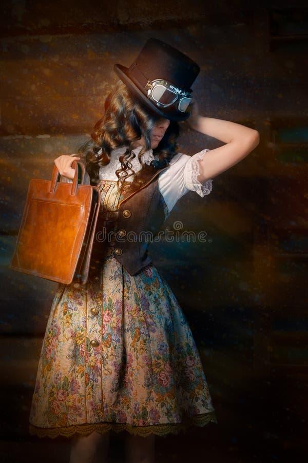 Девушка Steampunk с кожаной сумкой портфолио стоковое изображение rf