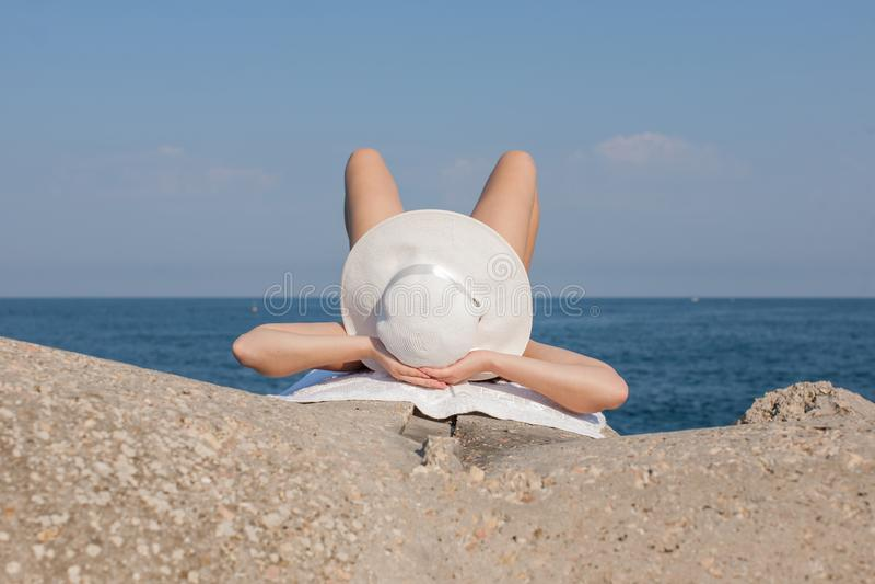 девушка sunbathing стоковое фото rf