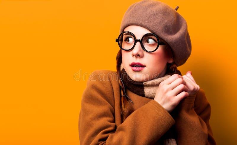 Девушка Surpirsed в пальто и шарфе стоковая фотография