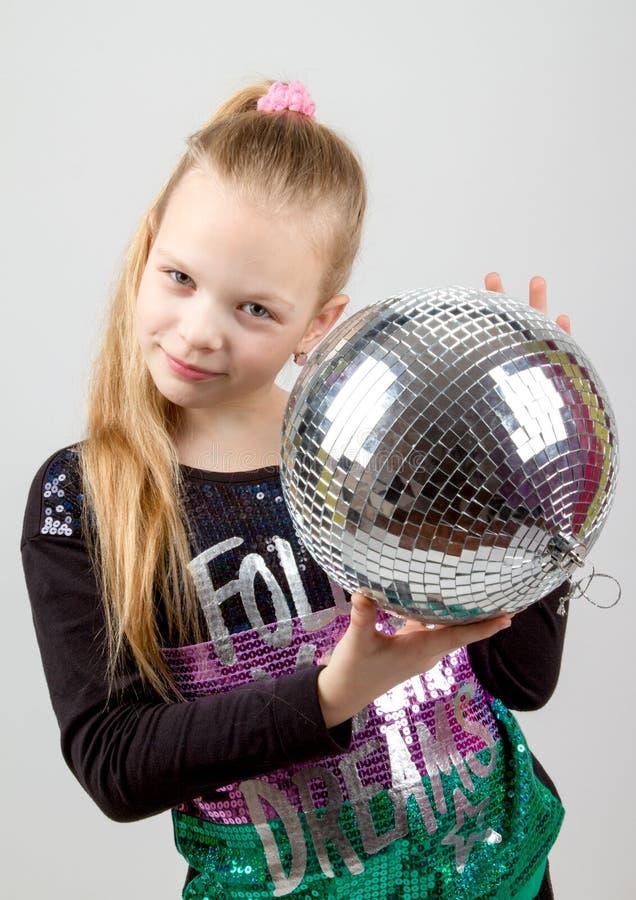 Девушка Yong милая белокурая держа шарик диско стоковые изображения rf