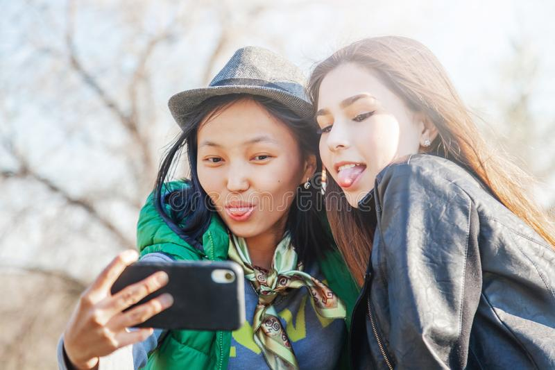 2 девушки азиатских девушек предназначенных для подростков Тенденции новой технологии и концепция приятельства стоковое фото rf