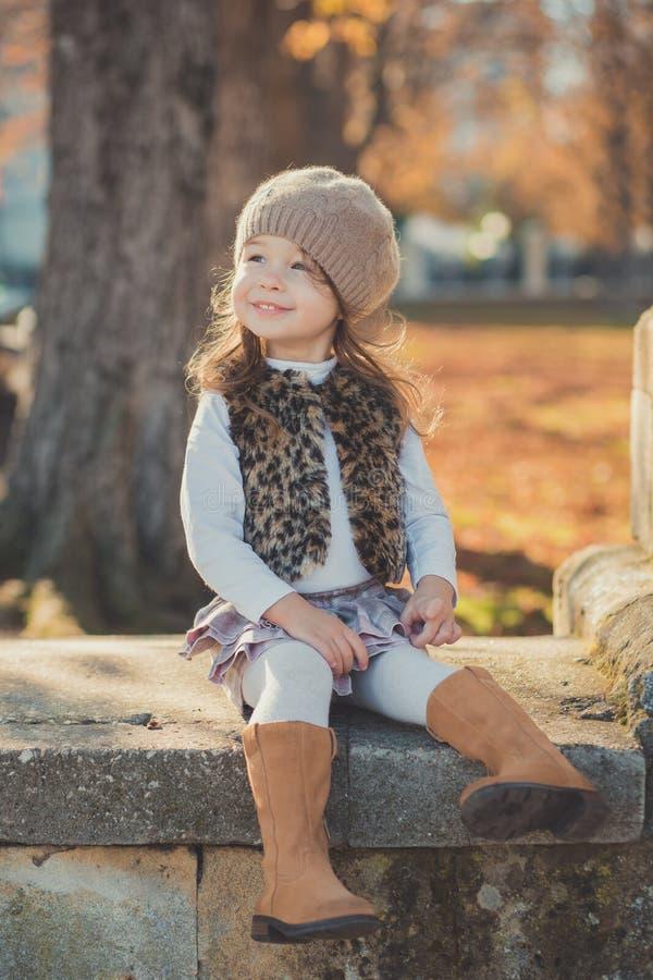 Девушки брюнет штыря-вверх тележки jerkin куртки моды toothsome молодой нося стильный серый и теплая шляпа с внушительными ботинк стоковые изображения rf