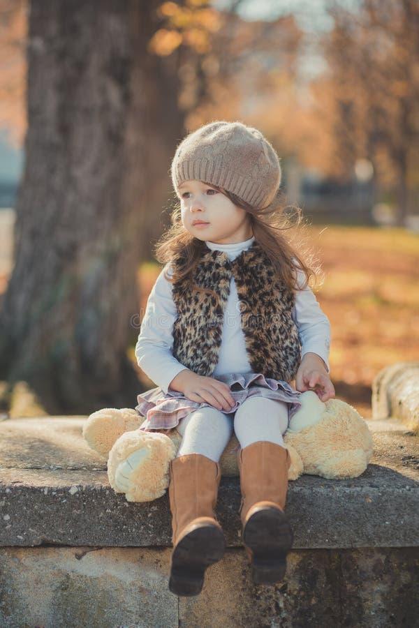 Девушки брюнет штыря-вверх тележки jerkin куртки моды toothsome молодой нося стильный серый и теплая шляпа с внушительными ботинк стоковое изображение