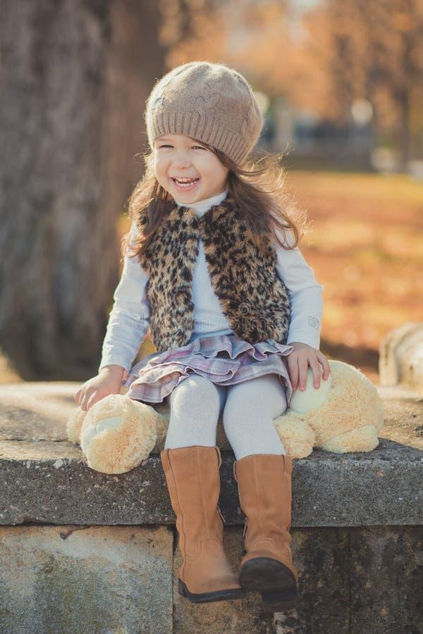 Девушки брюнет штыря-вверх тележки jerkin куртки моды toothsome молодой нося стильный серый и теплая шляпа с внушительными ботинк стоковые изображения