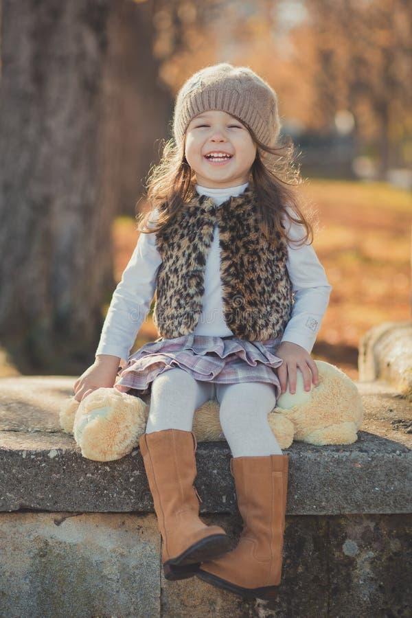 Девушки брюнет штыря-вверх тележки jerkin куртки моды toothsome молодой нося стильный серый и теплая шляпа с внушительными ботинк стоковая фотография