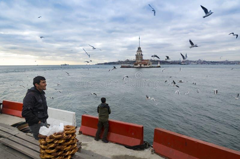 Девушки возвышаются в Стамбуле, турецком продавце бейгл стоковые фото
