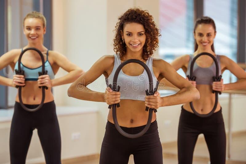 Девушки в классе фитнеса стоковое изображение