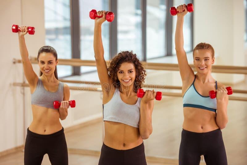 Девушки в классе фитнеса стоковые фотографии rf