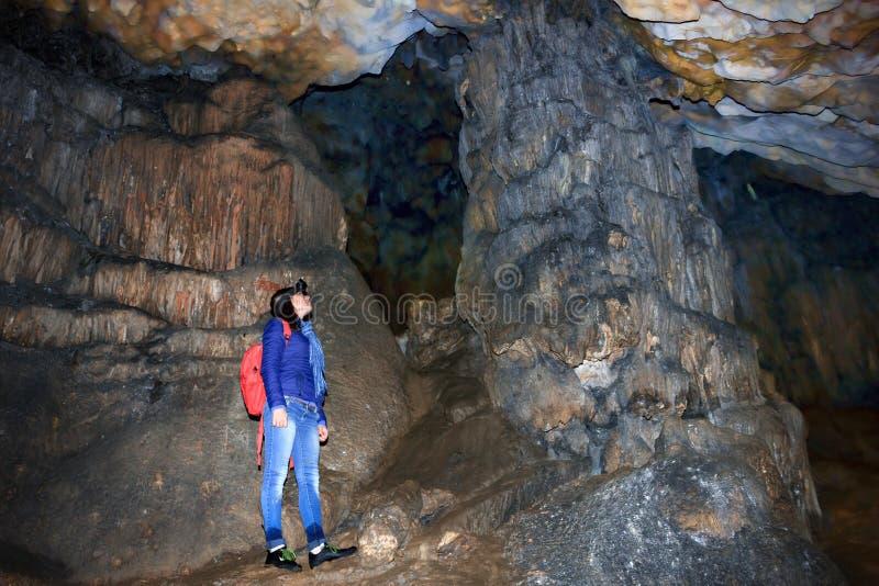 Девушки в пещерах она потеряла ее путь стоковые фотографии rf