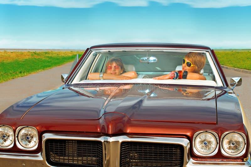 Девушки в ретро автомобилях стоковые фото