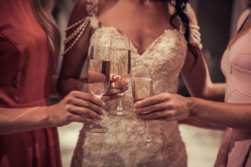 Девушки в салоне свадьбы стоковые фотографии rf