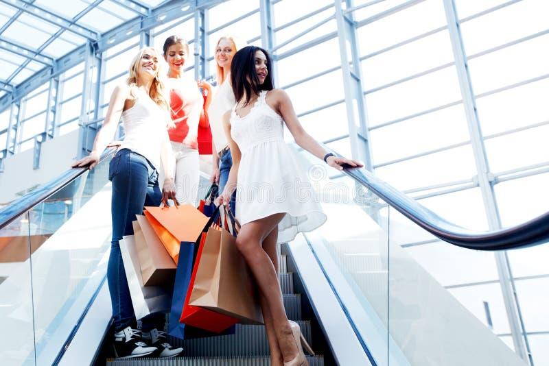 Девушки в торговом центре стоковая фотография