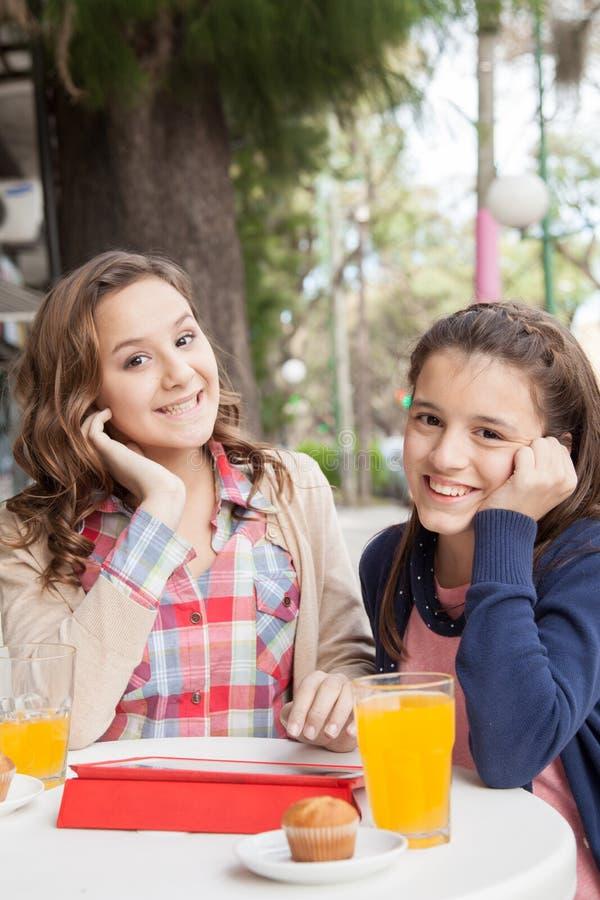 Девушки в улице выпивают сок стоковое изображение