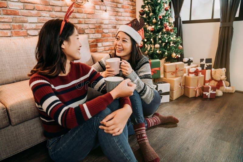 Девушки говоря веселое рождество друг к другу стоковое фото
