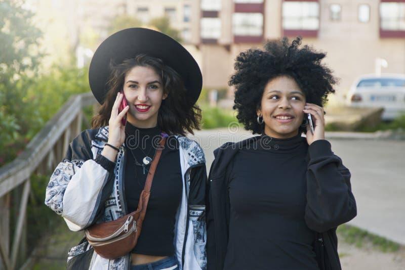 Девушки говоря на черни стоковое изображение