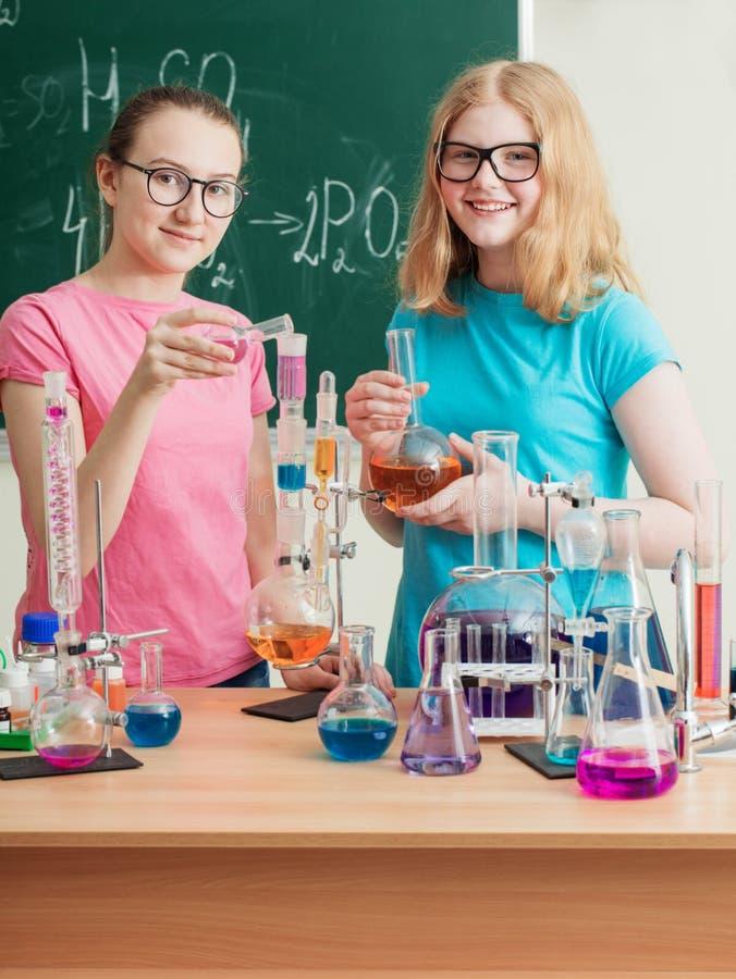 девушки делая химические эксперименты стоковые изображения