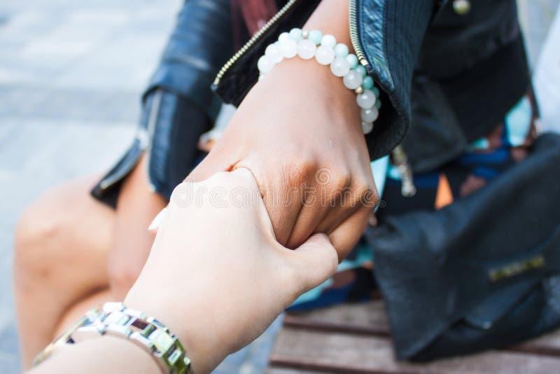 Девушки держа руки стоковые фотографии rf