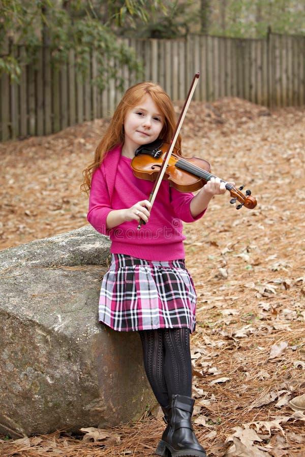 девушки детеныши скрипки outdoors стоковые изображения rf