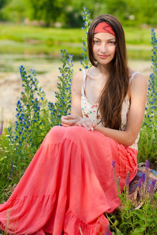 девушки детеныши outdoors довольно сидя подростковые стоковые изображения rf