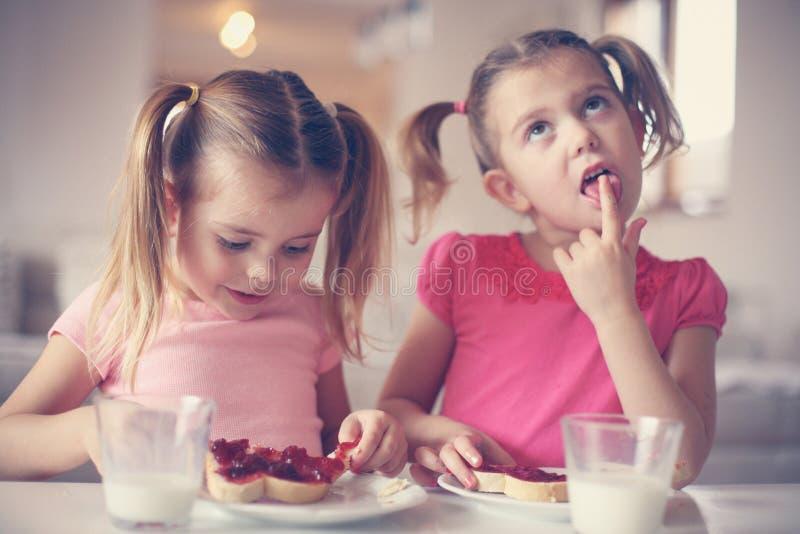 Девушки есть завтрак стоковые фотографии rf